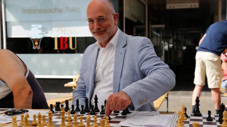_h0a0682-wethouder-frank-rozenberg-schaakt-tijdens-cultureel-festival-1400