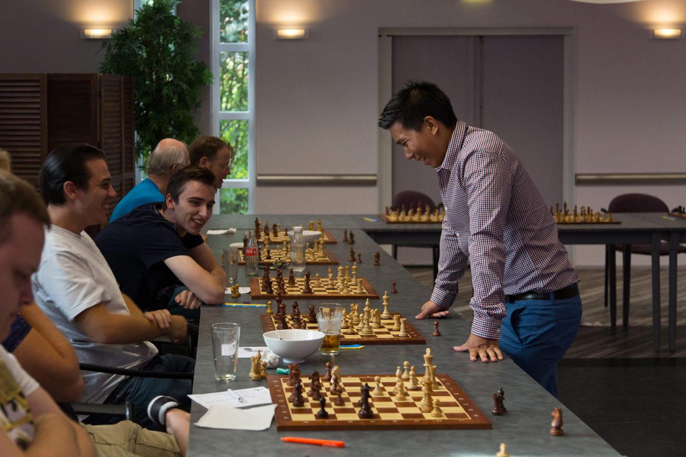_h0a1402-matthew-tan-geeft-simultaan-bij-jubileumfeest-schaakvereniging-botwinnik-1400